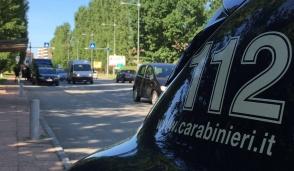 Era latitante da più di un anno, i carabinieri lo trovano avvolto in un tappeto
