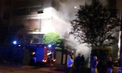 Incendio in una palazzina: la gente impaurita scende in strada