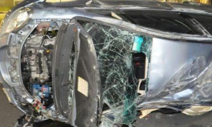 Auto rubata contro un palo: giovane grave al Cto, fugge l'autista e un passeggero