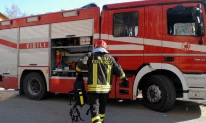 Auto in fiamme paura in strada