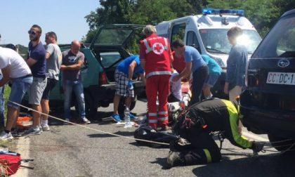 Due feriti e una bimba illesa dopo uno spaventoso frontale sulla 590 della Val Cerrina