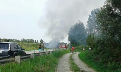 Furgone in fiamme lungo la tangenziale a Montanaro