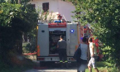 Incendio a Verrua: la strada è troppo stretta, i pompieri devono proseguire a piedi