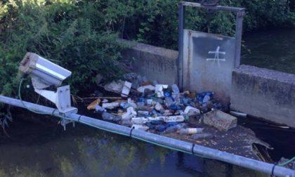 Rifiuti e bottiglie nel rio a pochi metri dal parco fluviale