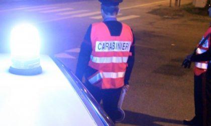 Scopre due ladri nel palazzo vicino e riesce a farne arrestare uno dai carabinieri