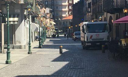 Via Torino, lampioni accesi anche di giorno