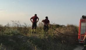 Brusasco, incendio di sterpaglie in via delle Scuole