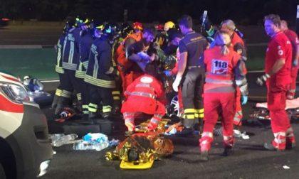 Camion travolge una famiglia su un'auto e scappa: morti i genitori