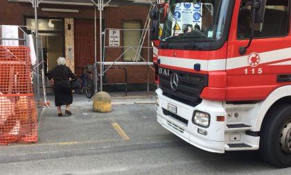 Dimentica la pentola sul fuoco, arrivano i pompieri