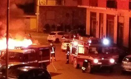 Incendio nella notte: bruciano tre auto. Quattro intossicati