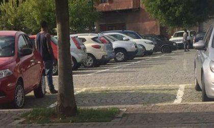 Parcheggiatori abusivi minacciosi, ma i vigili multano le auto in divieto
