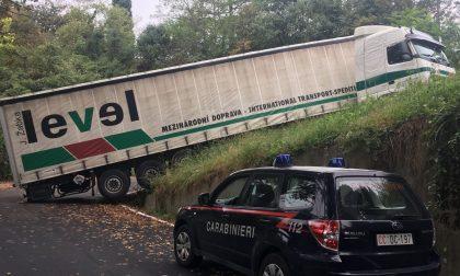 San Sebastiano: camion incastrato sulla strada per la Villa