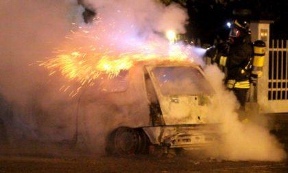 In fiamme un'auto in via XXV Aprile