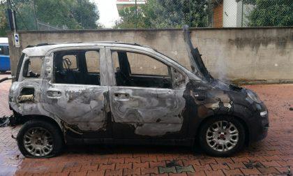 Incendio: un'auto va a fuoco in un cortile a Settimo