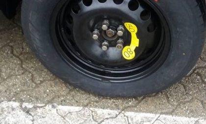 Le tagliano la gomma dell'auto, ma ha visto tutto