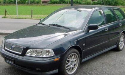 La Volvo grigia sospetta ha forzato un posto di blocco