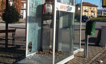 San Mauro, vandali danneggiano la cabina telefonica di piazza Mochino