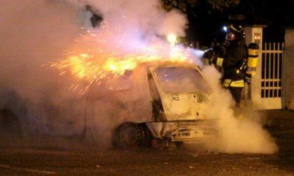 Un'auto prende fuoco a Settimo Torinese