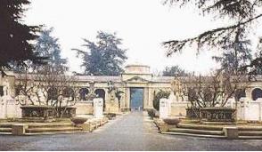 Un pranzo tra le tombe del cimitero Monumentale, intervengono i vigili