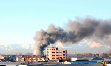 Incendio in strada del Meisino: si teme per l'inquinamento dell'aria