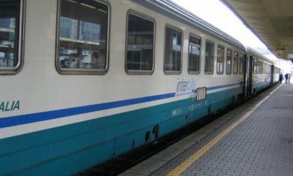 Tragedia in stazione, 60enne finisce sotto il treno e muore