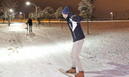 Settimo, il parco De Gasperi innevato diventa una pista da snowboard