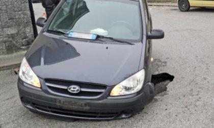 """Settimo, cede l'asfalto in via Cavour: un'auto bloccata nella """"voragine"""". Lavori in corso in centro"""