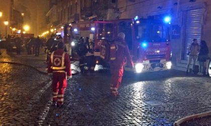 Albero di Natale prende fuoco: mamma e due figli in ospedale