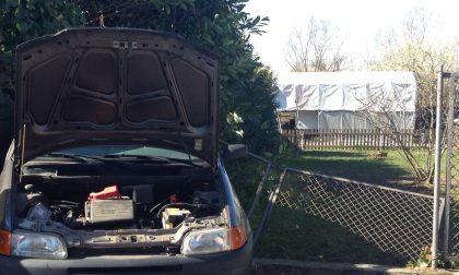 Chivasso, con l'auto sfonda la recinzione del vicino