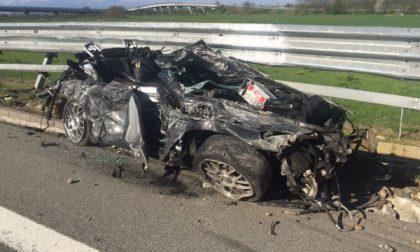 Si schianta contro un camion con la Porsche: papà muore, la figlia sta bene