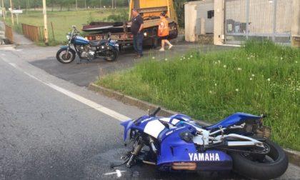 Incidente frontale tra due moto, feriti due centauri