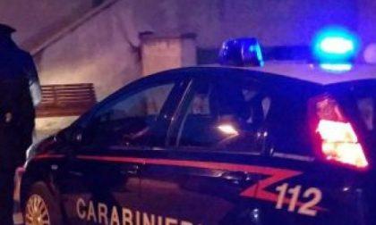 Non si ferma all'alt dei carabinieri e cade in un dirupo: muore 52enne