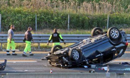Auto ribaltata in autostrada, un ferito e traffico nel caos