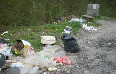 Fontana Ernesta invasa dai rifiuti