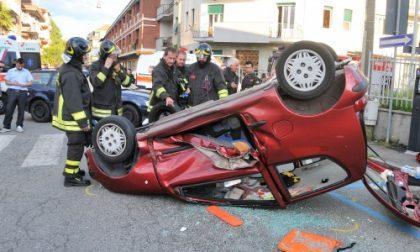 Incidente spettacolare all'incrocio: una Fiat 600 si ribalta, un ferito