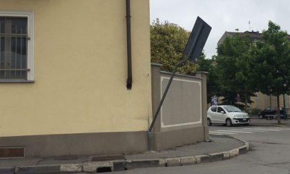 Vandali a Chivasso: piegato un cartello stradale