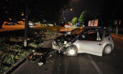 Con l'auto contro un palo della luce: 43enne grave