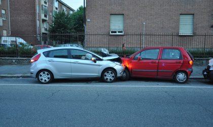 Perde il controllo della vettura e urta tre auto in sosta: l'uomo muore in ospedale