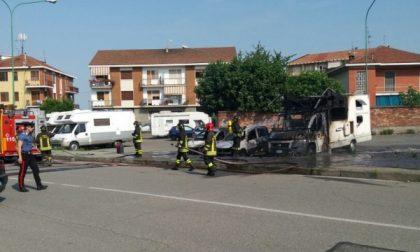 Settimo, prendono fuoco due auto ed un camper