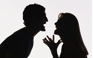 Sposi ubriachi litigano durante il loro matrimonio