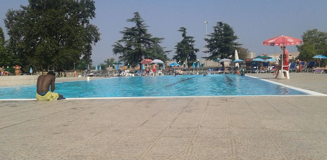 Richiedenti asilo in piscina i bagnanti escono la nuova - Piscina di venaria ...