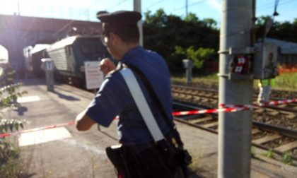 Travolto dal treno mentre fotografa