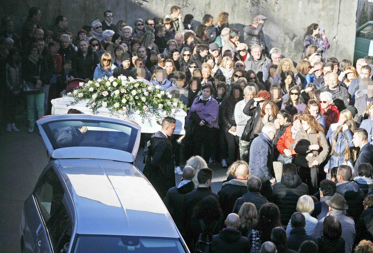 Funerali Beatrice oggi il giorno del dolore a Gassino