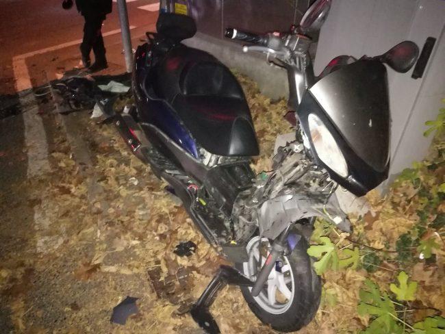Schianto auto scooter due ragazzi e feriti e traffico in tilt