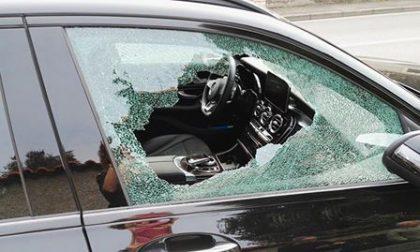 Lasciano il figlio in auto e vanno a fare la spesa: salvato dai passanti