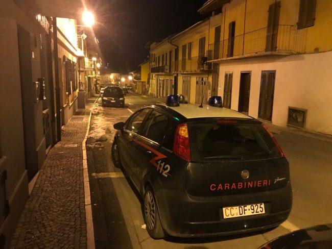 Barricato in casa e armato, minaccia il suicidio: salvato dai carabinieri