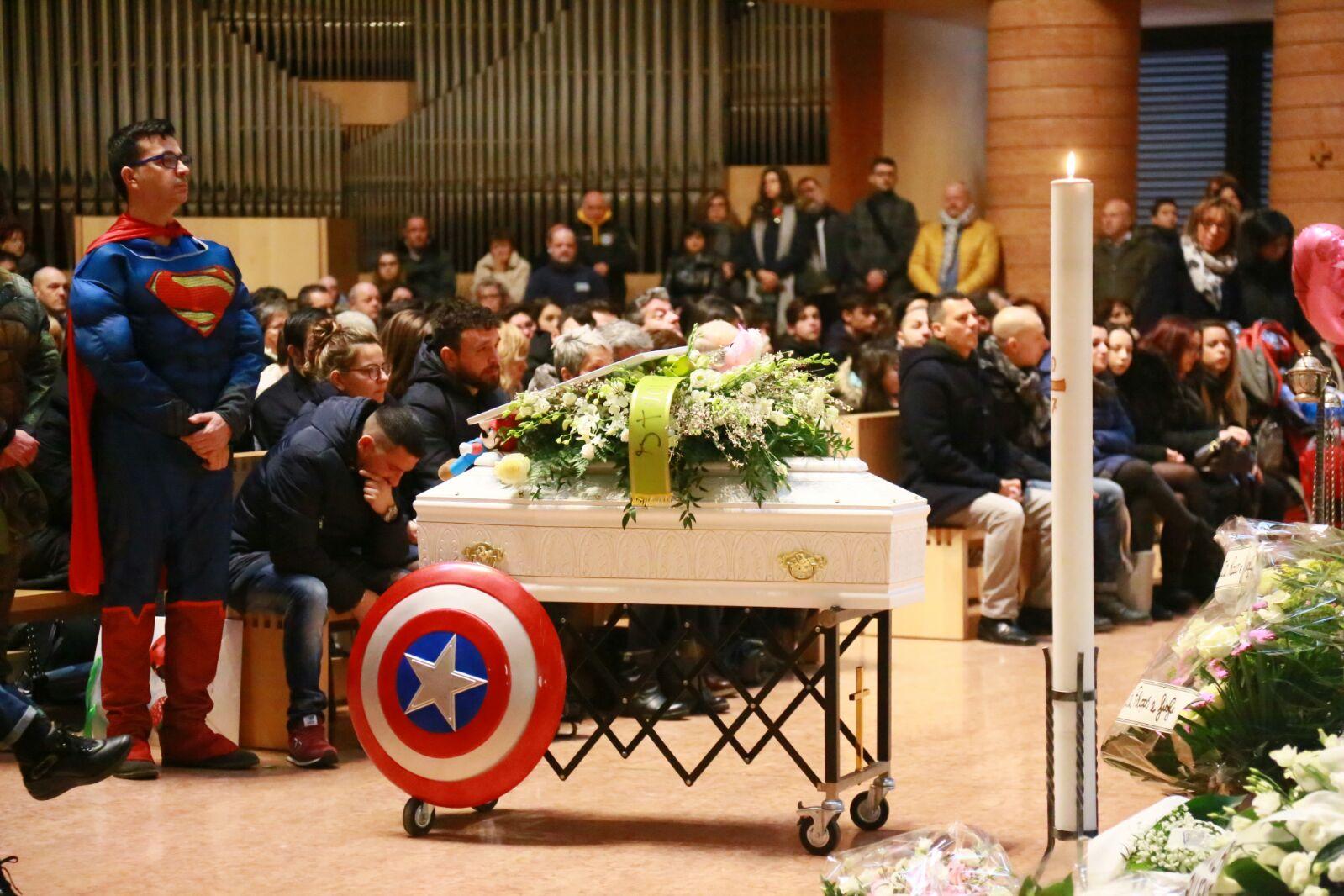 Funerali di Bea: in tanti alla chiesa del Santo Volto per l'ultimo saluto