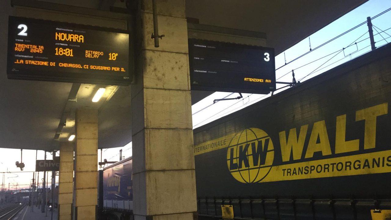 Treno in fiamme bloccato alla stazione di Chivasso
