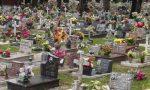 Rubano i fiori al cimitero di Crescentino