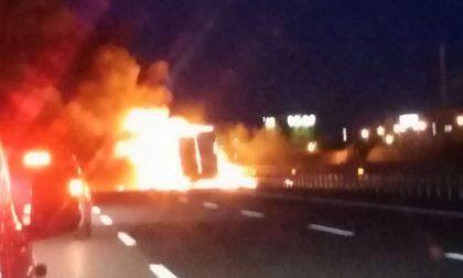 Incendio auto su autostrada Torino-Milano soccorsi in azione